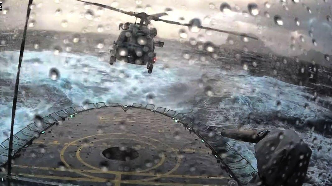 Hubschrauber landet auf Schiff bei richtig rauer See